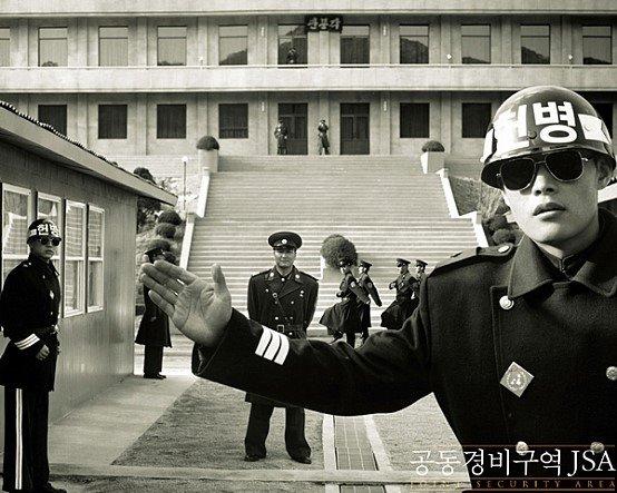 2000년 영화 '공동경비구역 JSA' 포스터. 이병헌(오른쪽)이 쓴 '하이바'가 현재 육군 헌병 헬멧이다. [중앙포토]