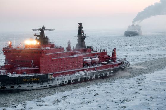 지난 3월 러시아의 핵추진 쇄빙선 승리50주년기념호가 북극바다를 항해하고 있다. [TASS=연합]