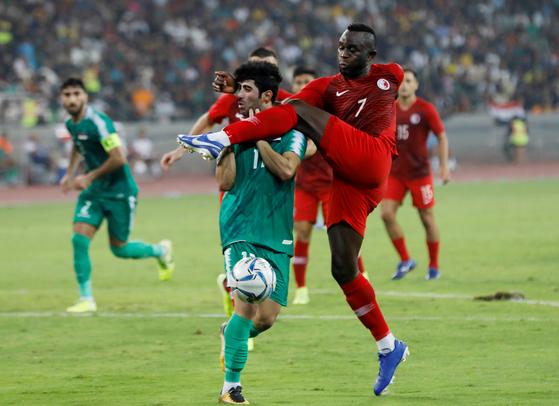 지난 10일(현지시간) 이라크 바스라 스포츠시티 경기장에서 열린 2022 카타르 월드컵 2차예선 홍콩과 이라크 경기에서 홍콩의 알렉산더 아칸데(오른쪽) 선수와 이라크 알라 알리 음하위 선수가 충돌하고 있다.이라크가 2대0으로 이겼다.[로이터=연합뉴스]