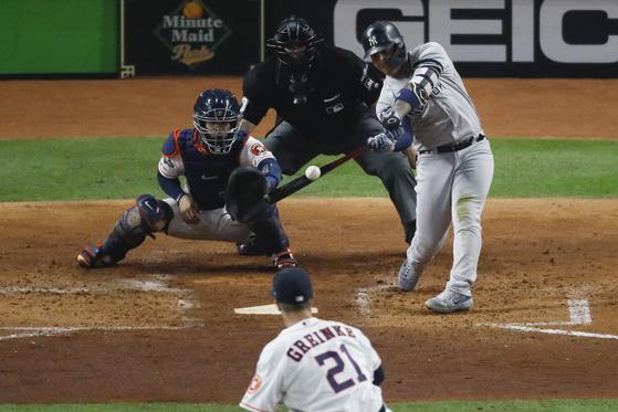 13일 ALCS 1차전에서 잭 그레인키로부터 솔로홈런을 때려내는 뉴욕 양키스 글레이버 토레스(오른쪽). [AP=연합뉴스]