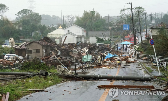 태풍 '하기비스'가 상륙한 도쿄 인근 이치하라에서 강풍으로 집이 부서지고 전봇대가 쓰러져 있다. [AP=연합뉴스]