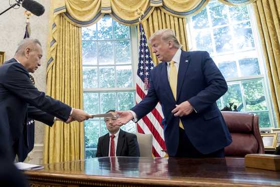 류허 중국 부총리가 11일(현지시간) 백악관에서 도널드 트럼프 미국 대통령에게 시진핑 중국 국가주석의 친서를 전달하고 있다. [AP=연합뉴스]