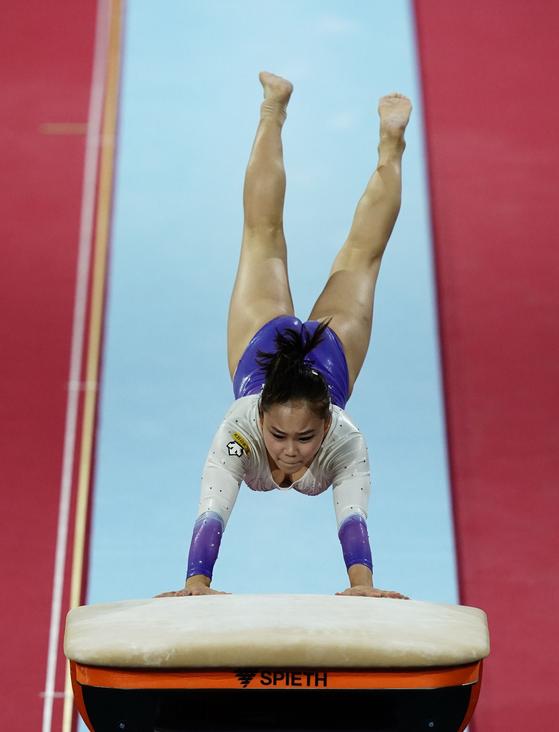 12일 슈투트가르트 기계체조 세계선수권대회에서 도마 여자 결선을 뛰고 있는 여서정. [AFP=연합뉴스]