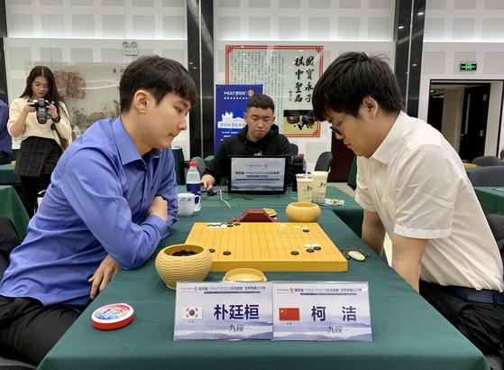 박정환 9단(왼쪽)은 중국의 커제 9단에게 패하며 몽백합배 8강 진출이 좌절됐다. [사진 시나바둑]