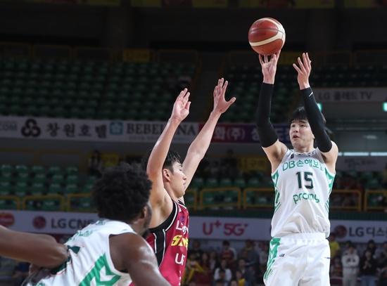 13일 열린 2019-2020 현대모비스 프로농구 창원 LG 세이커스와 원주 DB 프로미 경기. DB 김종규는 이날 17득점 10리바운드를 기록하며 팀의 68-53 승리를 이끌었다. 연합뉴스 제공