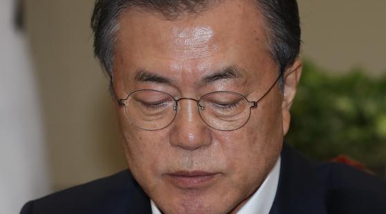 문재인 대통령이 14일 오후 청와대에서 열린 수석·보좌관 회의에서 생각에 잠겨 있다. 청와대사진기자단