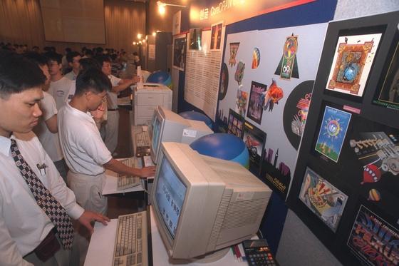 한글과컴퓨터는 1996년 서울 힐튼호텔에서 신제품 한글프로96과 한글오피스96 소프트웨어 발표회를 가졌다. 관람객들이 신제품의 기능을 직접 시험해보고 있다. [중앙포토]