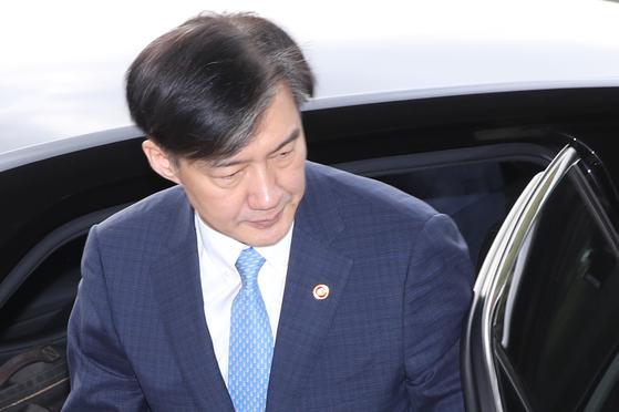 조국 법무부 장관이 14일 오전 경기도 정부과천청사로 출근하고 있다. [연합뉴스]