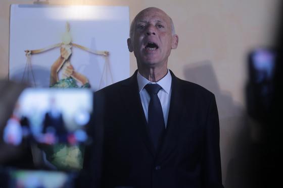 아랍의 봄 발원지 튀니지, 엄격 보수 로보캅 교수 대통령 확실