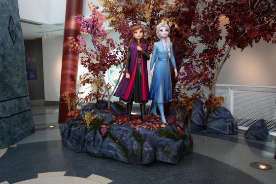 '겨울왕국' 안나와 엘사 자매의 동상이 디즈니 애니메이션 스튜디오에 세워져 있다. [사진 월트디즈니컴퍼니 코리아]