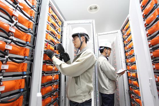 LG화학 직원이 충북 청주 오창읍에 있는 에너지저장장치(ESS)의 배터리를 점검하고 있다. [사진 LG화학]