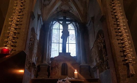 체코의 성당이 진짜 인간의 해골과 뼈로 장식된 까닭은?