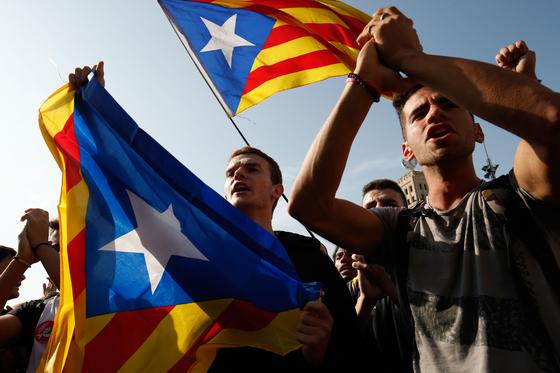 카탈루냐 지방의 분리독립을 요구하며 시위를 벌이는 시민들. [AFP=연합뉴스]