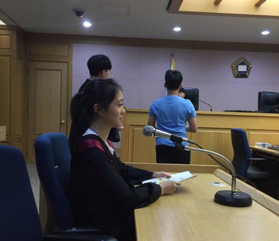 모의재판에서 검사 역할을 맡은 김나연 학생기자는 증인과 피고인 심문을 했다.
