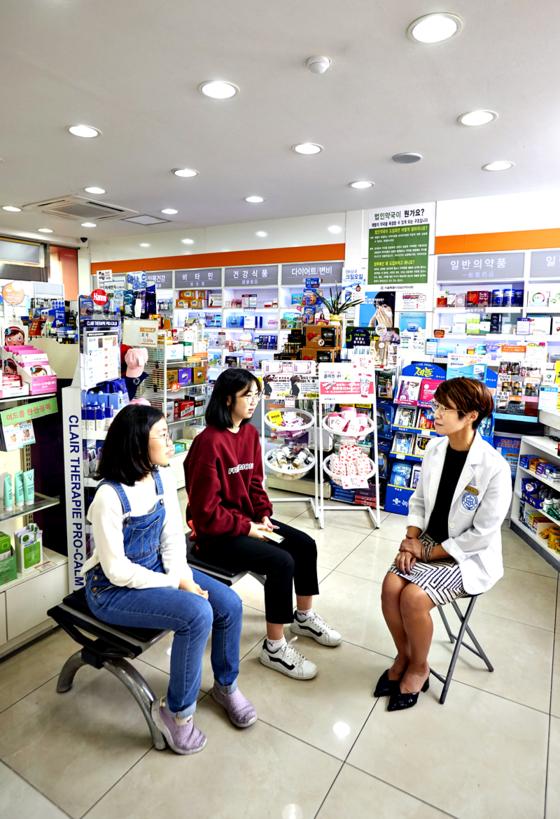 김수연 학생기자, 유다현 학생모델, 신성주 약사(왼쪽부터)가 만나 생리통 고민을 나눴다.