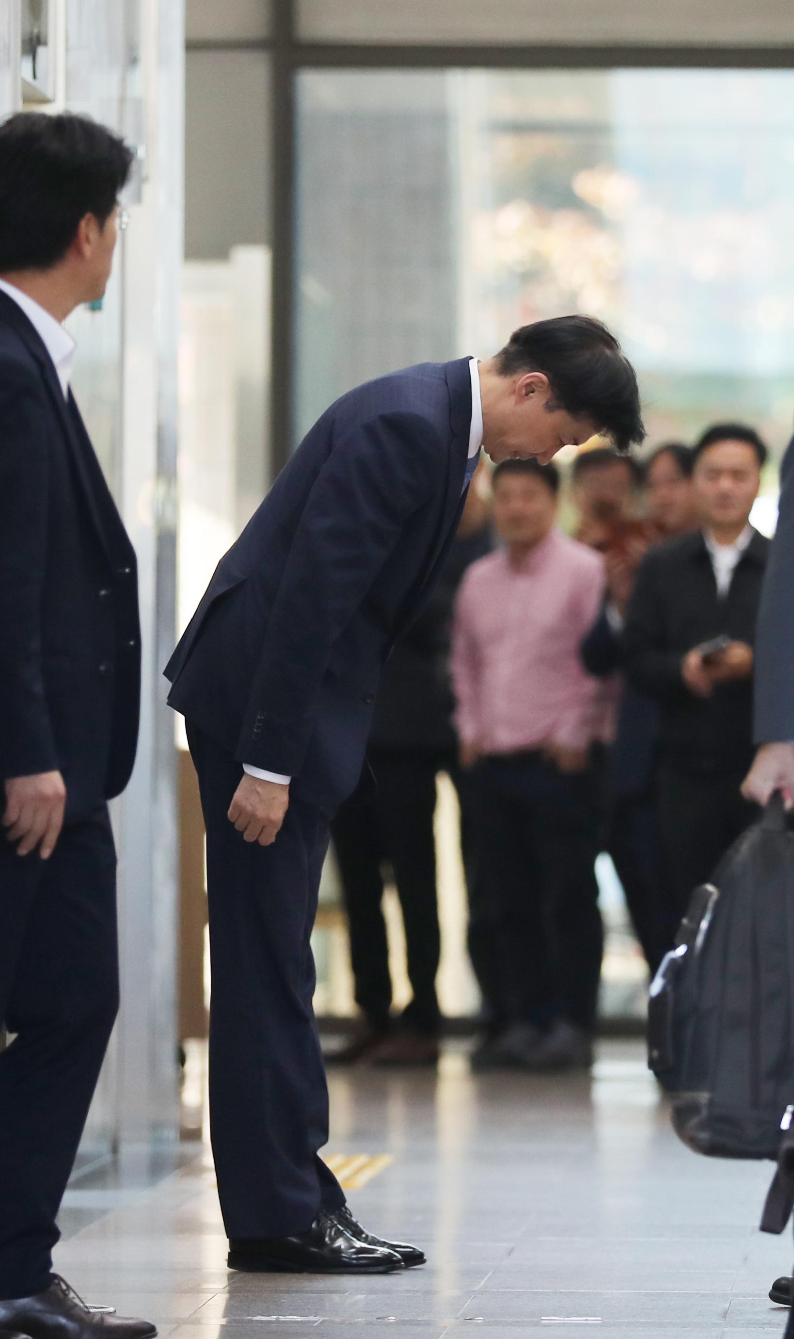전격적으로 사의를 밝힌 조국 법무부 장관이 14일 오후 과천 법무부 청사를 나오며 관계자들에게 인사하고 있다. [연합뉴스]