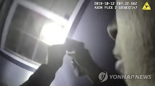 미 텍사스 포트워스 경찰서가 공개한 경찰관 보디 카메라 동영상의 한 장면. 경찰관이 희생자 아타티아나 제퍼슨의 집 안을 플래시로 비춰보고 있다. [AP=연합뉴스]