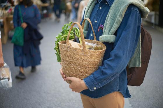 유통과정을 거치지 않은 1차 농산물을 만날 수 있는 '마르쉐'. 서울 곳곳에서 매달 3번씩 열리는 '마르쉐'에서는 다양한 품종의 농산물을 직접 기른 농부와 대화하며 구입할 수 있다. [사진 농부시장 마르쉐]