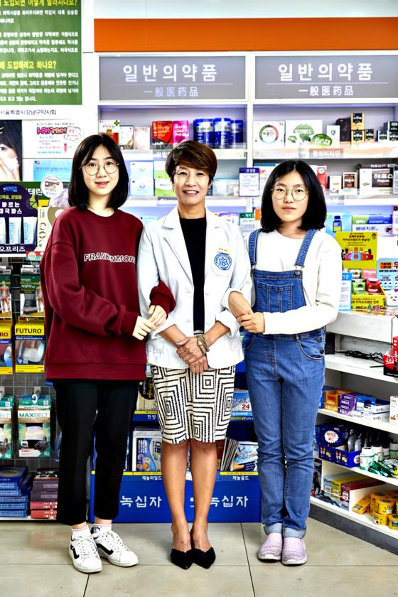 유다현 학생모델, 신성주 약사, 김수연 학생기자(왼쪽부터)가 카메라를 향해 포즈를 취해 보였다.