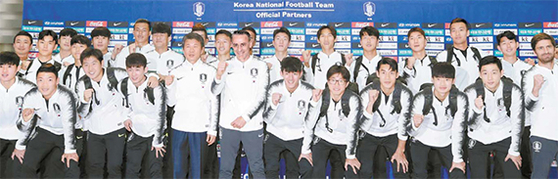 한국 축구 대표팀이 13일 인천국제공항에서 2022 카타르 월드컵 2차 예선이 열리는 북한 평양으로 출국하며 기념사진을 찍고 있다. 대표팀은 중국 베이징을 거쳐 14일 평양에 도착한다. [연합뉴스]