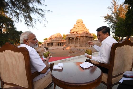 [사진] 힌두교 사원 앞 모디·시진핑