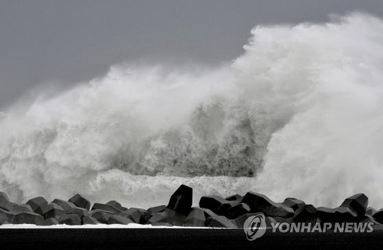 지난 11일 태풍 '하기비스'가 접근 중일 때 일본 미에현 키호 항에서 큰 파도가 방파제를 강타하며 솟구치고 있다. [AP=연합뉴스]