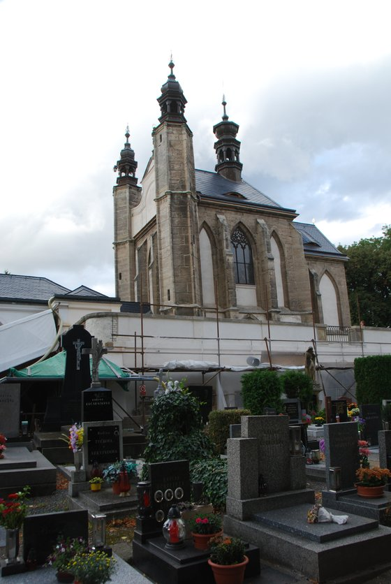 해골성당 뜰에 마련돼 있는 묘지공원. 중세 때 흑사병이 창궐했을 때는 수만 명이 이곳에 묻혔다.