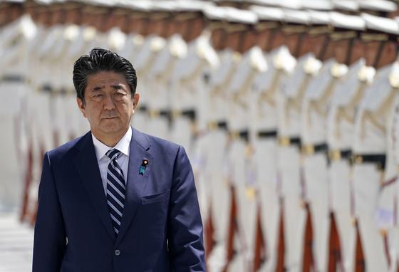 아베 신조 일본 총리가 17일 자위대 고위간부들에 대한 훈시에 앞서 사열을 받고 있다. [EPA=연합뉴스]
