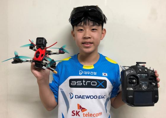 스피드 레이싱에서 우승한 팀 아스트로-X의 12세 김재종 선수. 최승식 기자