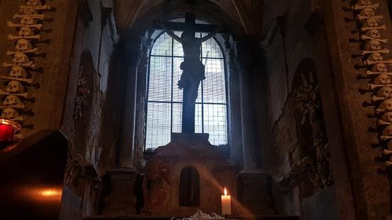 해골성당 안에는 빛이 들어오는 창이 하나 있고, 그 앞에 예수의 십자가상이 있다.