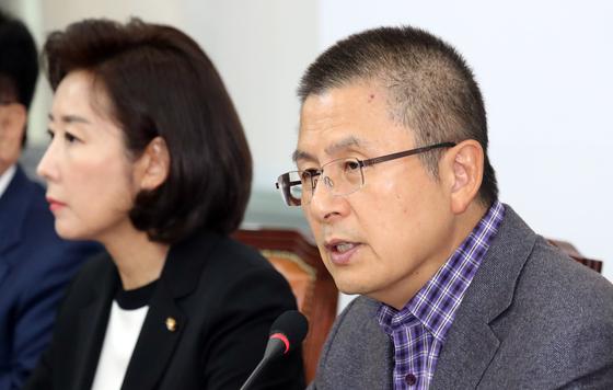 황교안 자유한국당 대표가 14일 서울 여의도 국회에서 열린 최고위원회의에서 모두발언을 하고 있다. [뉴스1]