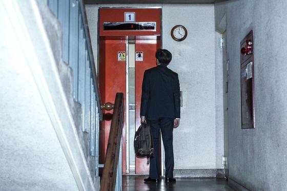전격적으로 사의를 밝힌 조국 법무부 장관이 14일 오후 방배동 자택으로 들어가고 있다. [연합뉴스]