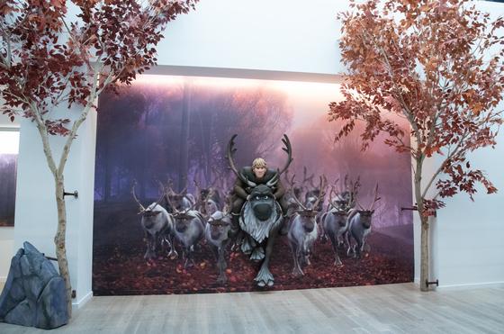 디즈니 애니메이션 스튜디오 벽면에 설치된 크리스토프와 순록 벤스 등 순록떼 질주 장면. [사진 월트디즈니컴퍼니 코리아]