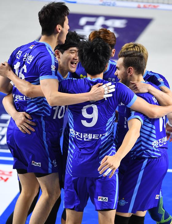 12일 천안 현대캐피탈전에서 득점을 올린 뒤 기뻐하는 대한항공 선수들. [사진 한국배구연맹]