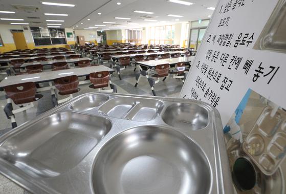 지난 7월 이뤄진 학교 비정규직의 파업으로 서울 급식실이 텅 비어있는 모습. [뉴스1]