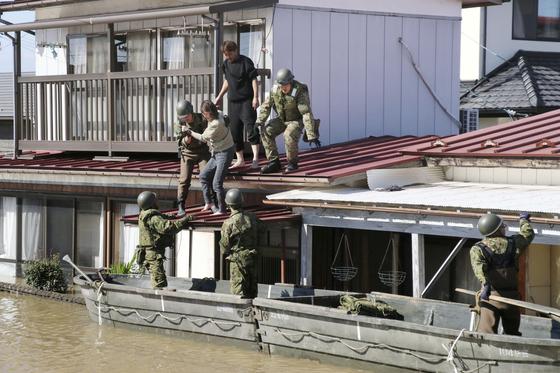 일본 자위대가 13일 태풍 하기비스로 홍수가 난 미야기현에서 주민을 구조하고 있다. [로이터=연합뉴스]
