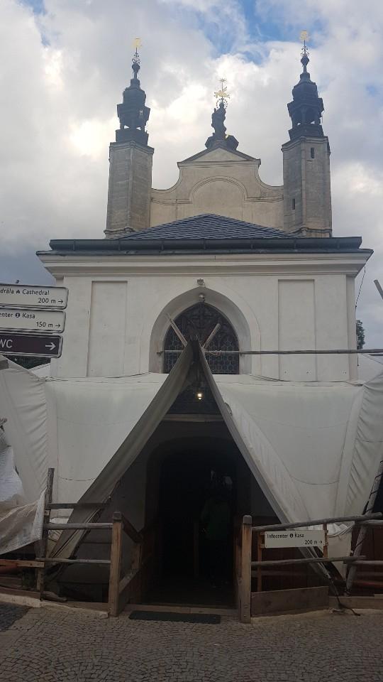해골성당의 입구. 안으로 들어서면 놀라운 광경이 펼쳐진다. 성당 지붕의 첨탑 위에도 해골 문양이 있다.