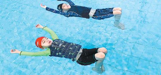 초등학생들이 수상 안전사고에 대비해 물 위에서 잎새뜨기 생존수영법을 배우고 있다.