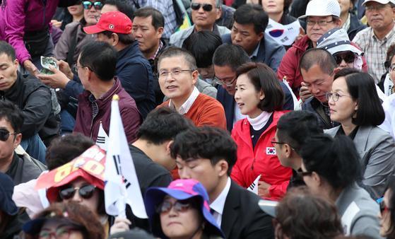 지난 9일 오후 서울 광화문광장에서 범보수단체 주최로 '조국 법무부 장관 사퇴 촉구 집회'가 열리고 있다. 이날 집회해 참석한 자유한국당 황교안 대표와 나경원 원내대표. 우상조 기자