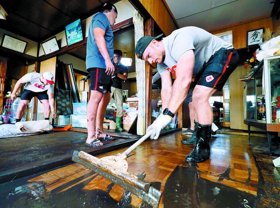 [사진] 일본 태풍 복구 돕는 캐나다 럭비대표팀