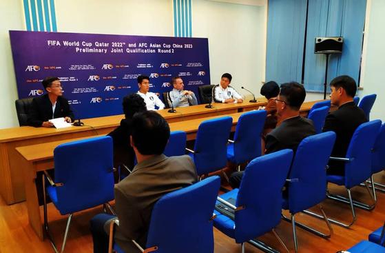 파울로 벤투 한국 대표팀 감독이 2022년 카타르 월드컵 아시아지역 2차전 북한과의 경기를 하루 앞둔 14일 평양 김일성경기장에서 기자회견을 하고 있다. 기자회견은 북한 측 기자 5명만 참석했다. [연합뉴스]