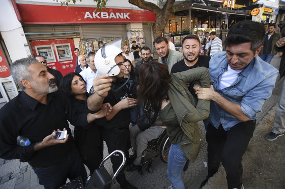 13일(현지시간) 터키의 쿠르드 공격에 항의하는 격렬한 시위가 터키 이스탄불에서 열렸다. 에르도안 터키 대통령은 쿠르드에 대한 공격을 멈추지 않겠단 입장이다. [AP=연합뉴스]