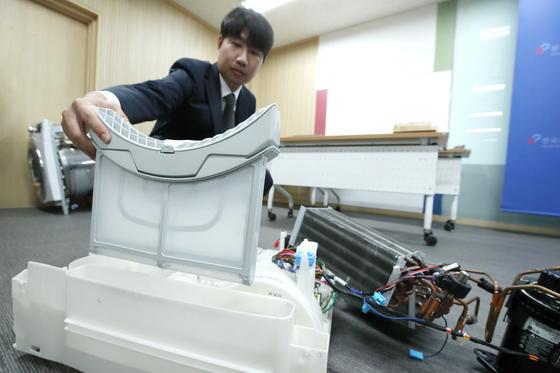 한국소비자원이 15일 LG전자 의류건조기 집단분쟁 조정 개시를 결정했다. 사진은 지난 8월 29일 한국소비자원 관계자가 의류건조기에 먼지가 쌓이는 원리를 설명하는 모습. [연합뉴스]