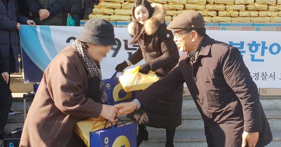 지난 1월 29일 서울 송파경찰서에서 열린 '2019년 설명절 북한이탈주민 격려 행사'에서 생계가 어려운 북한이탈주민에게 설 선물을 나눠주고 있다. 임성빈 기자
