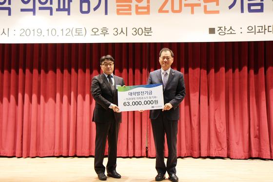 박민재 의대6기 동기회장(좌), 김수복 단국대 총장(우)