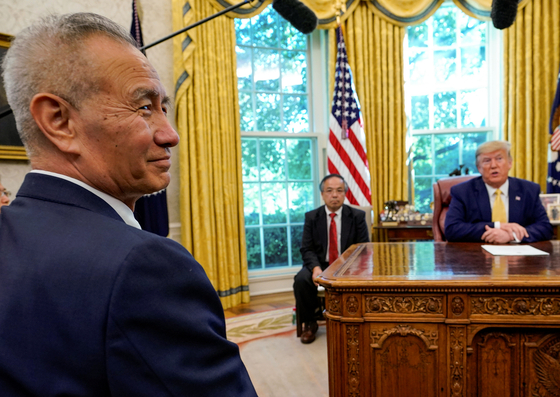 류허 중국 부총리가 도널드 트럼프 미국 대통령 말을 들으며 미소짓고 있다. [로이터=연합뉴스]