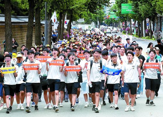 지난 7월 자사고학부모연합회의 주최로 열린 집회에서 참가자들이 청와대 방향으로 행진하고 있다. 장진영 기자