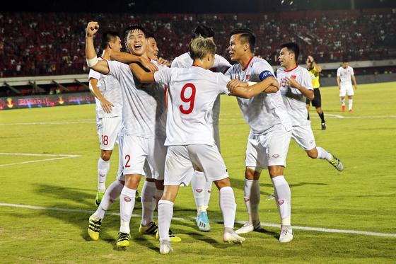 인도네시아를 상대로 선제골을 터뜨린 뒤 환호하는 베트남 축구대표팀 선수들. [EPA=연합뉴스]