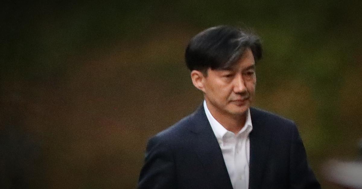 사의를 밝힌 14일 오후 방배동 자택을 나서고 있는 조국 법무부 장관. [연합뉴스]