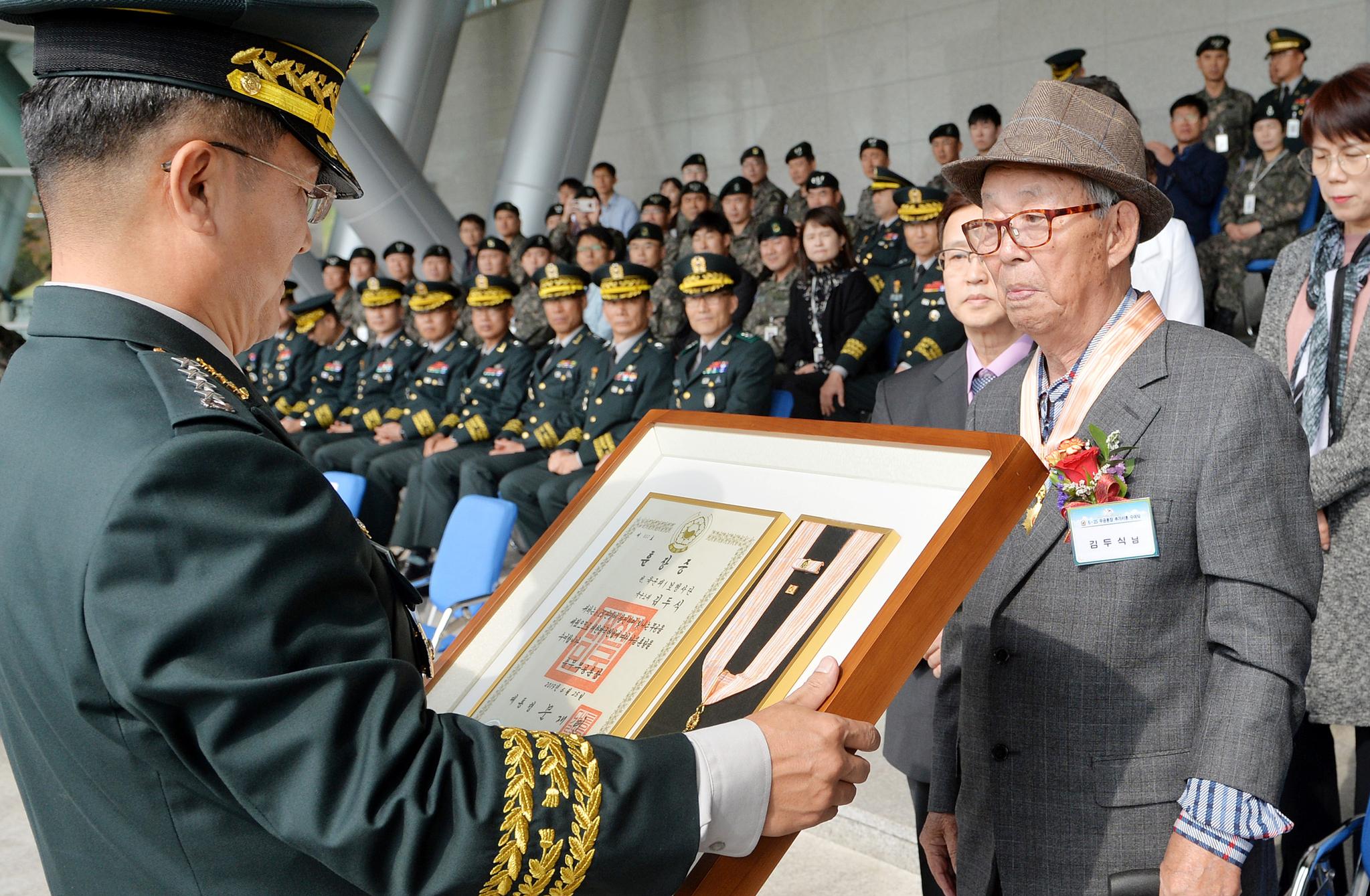 6.25 전쟁 전투 영웅 무공훈장 수여식이 14일 충남 계룡대 대연병장에서 열렸다. 서욱 육군참모총장이 김두식(88) 예비역 중령(당시 소위)에게 무공훈장을 수여하고 있다. 프리랜서 김성태